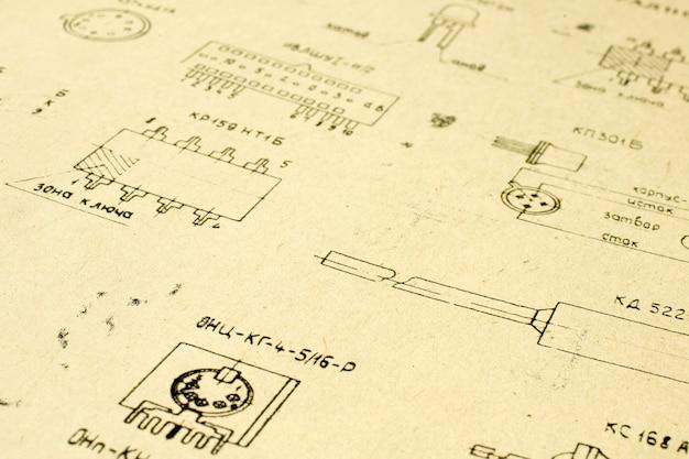 Elementos de radio eléctricos impresos en papel vintage antiguo como fondo para educación, industrias eléctricas, material de reparación, etc. enfoque selectivo con profundidad de campo. Foto gratis