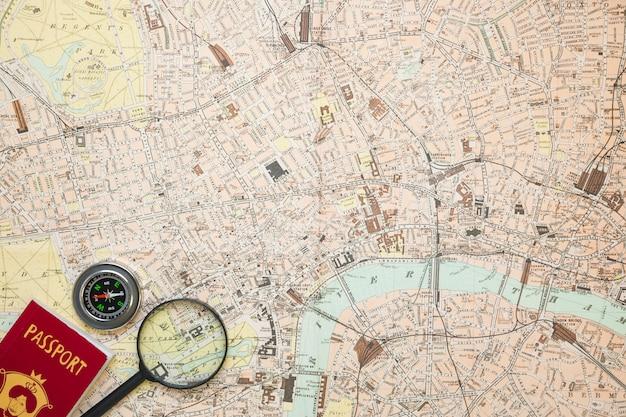 Elementos de viaje sobre mapa Foto gratis