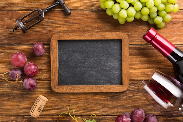 Elementos para vino tinto con espacio de copia de maqueta. Foto gratis
