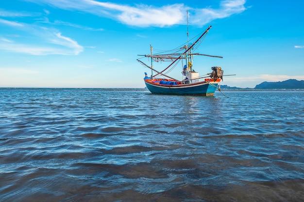 Embarcaciones aparcadas junto al mar y al hermoso cielo. Foto Premium