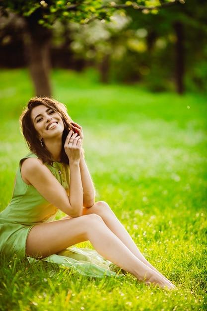 cbed8d6b2 Emoción mujer jardín con estilo maravilloso | Descargar Fotos gratis