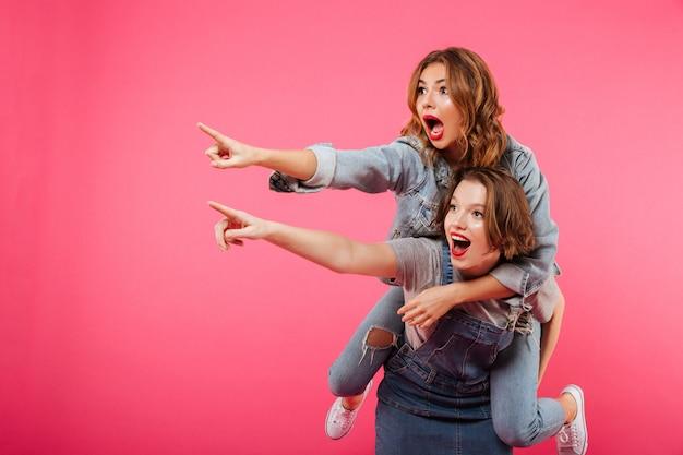 Emocionales increíbles dos amigas se divierten Foto gratis