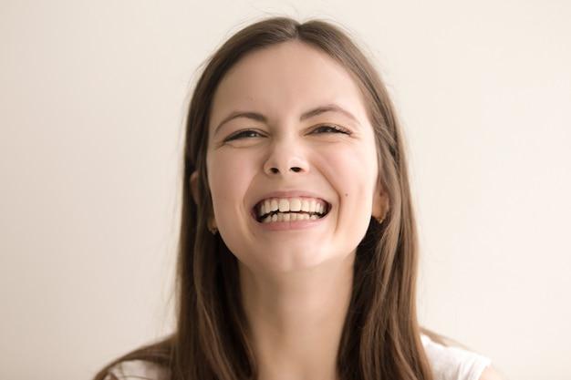 Emotivo retrato en la cabeza de risa joven Foto gratis