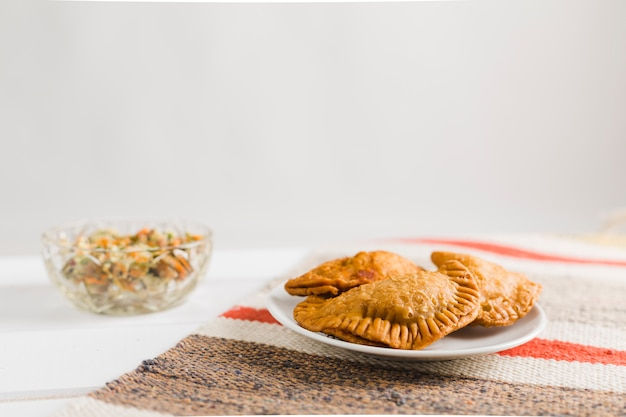 Empanadas y ensalada turcas Foto gratis