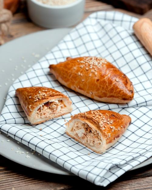 Empanadas de pollo espolvoreadas con semillas de sésamo Foto gratis