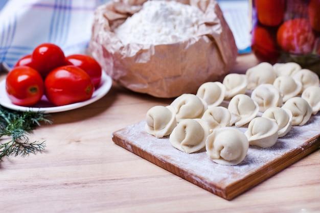 Empanadillas con carne en un soporte de madera Foto Premium