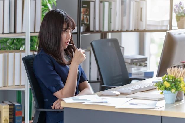 Empleada hermosa y estresante en el escritorio de la oficina Foto Premium