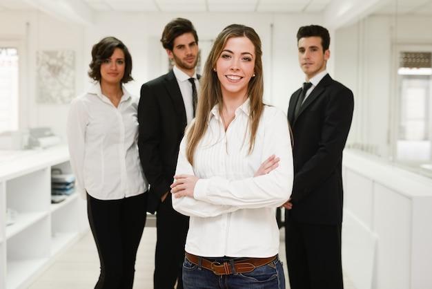 Empleada sonriente con sus nuevos compañeros de trabajo Foto gratis