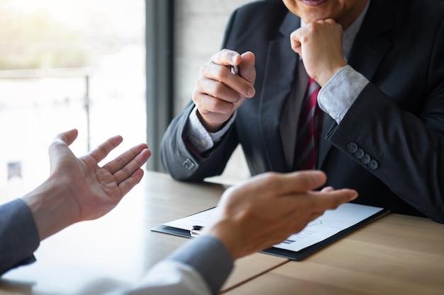 Empleador que llega para una entrevista de trabajo, el empresario escucha las respuestas de los candidatos que explican sobre su perfil y el trabajo soñado coloquial, el gerente sentado en el trabajo entrevista hablando en la oficina Foto Premium