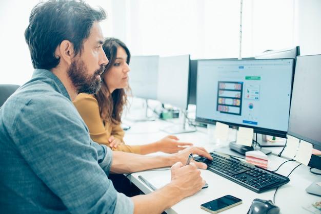 Empleados trabajando con una tableta gráfica Foto Gratis