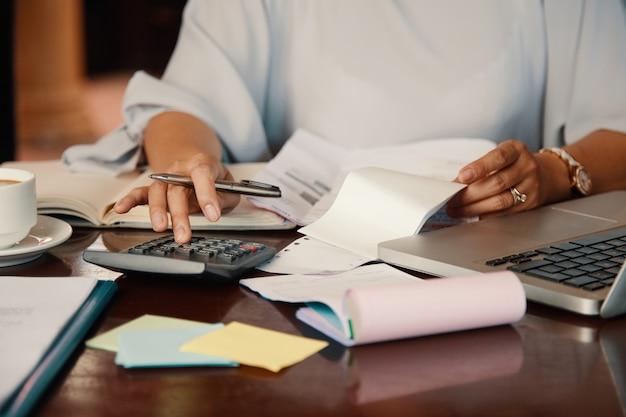 Emprendedor trabajando con facturas Foto gratis