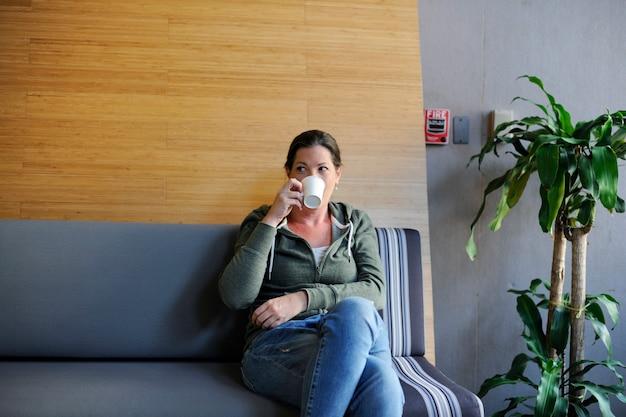 Empresa de inicio bebiendo café durante el tiempo de descanso de la oficina Foto gratis