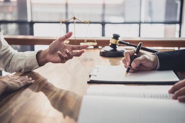 Empresaria y abogados de sexo masculino que trabajan y discuten en un bufete de abogados en el cargo. Foto Premium