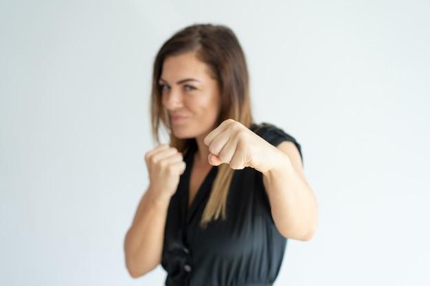 Empresaria atlética positiva que perfora en la cámara. Foto gratis