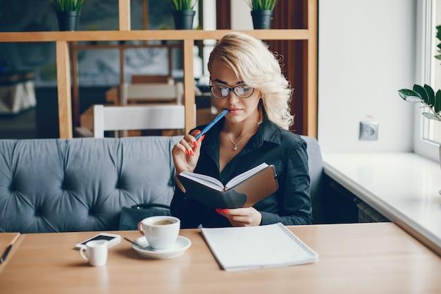 Empresaria en un café Foto gratis