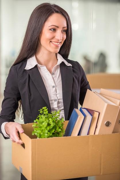 Empresaria con caja de cartón con sus cosas. Foto Premium