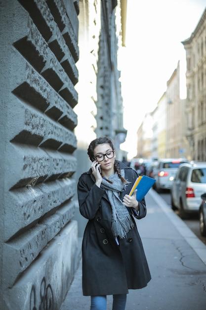 Empresaria caminando en la ciudad Foto Premium