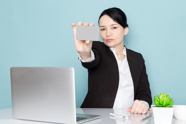 Empresaria comprando en línea Foto gratis