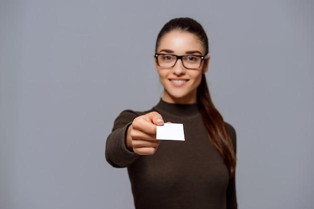 La empresaria le da la tarjeta de visita Foto gratis