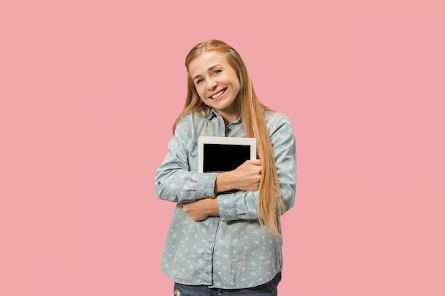La empresaria feliz con portátil rojo en rosa Foto gratis