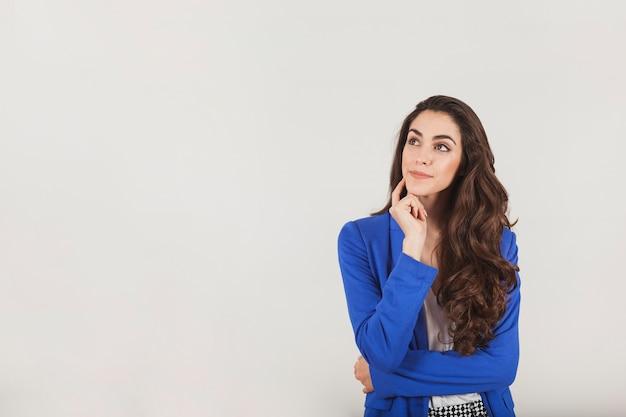 Empresaria joven mostrando con gesto pensativo Foto Premium