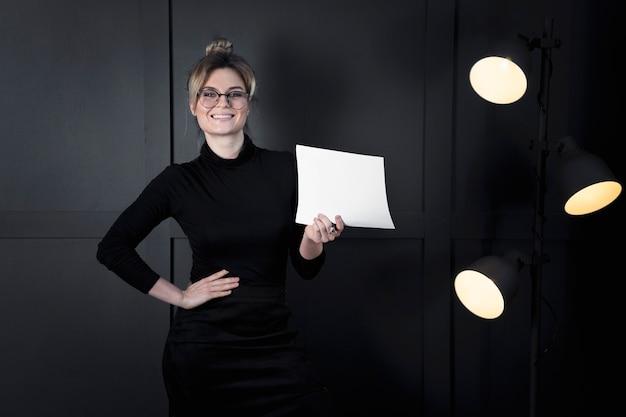 Empresaria moderna con papeles en la oficina Foto gratis