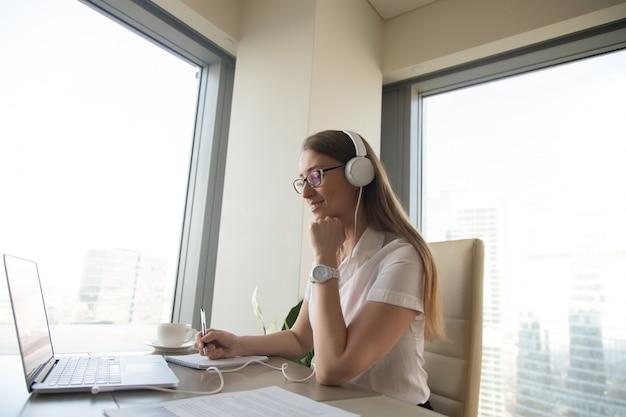 Empresaria participa en reunión online Foto gratis