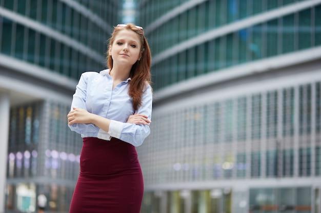 Empresaria que trabaja fuera del edificio de oficinas Foto Premium
