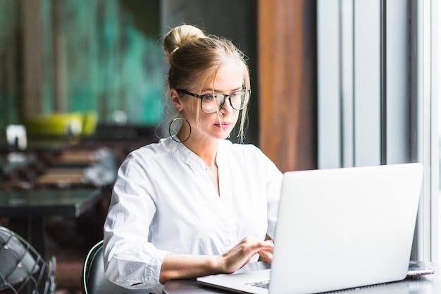 Empresaria trabajando en la computadora portátil Foto gratis