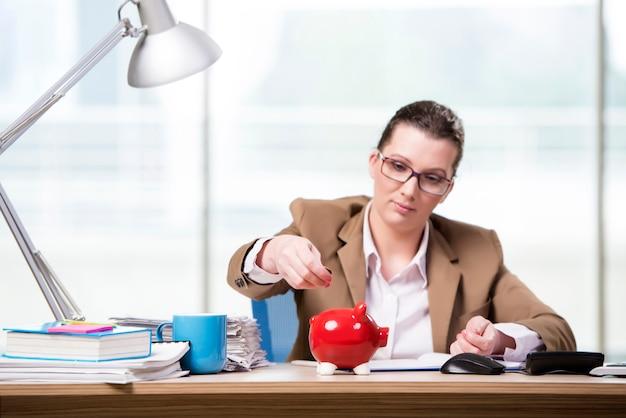 Empresaria trabajando en la oficina Foto Premium