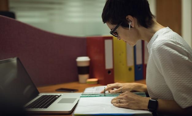 La empresaria trabajando en su escritorio Foto gratis