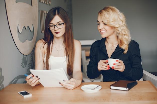 Empresarias en un caffe Foto gratis