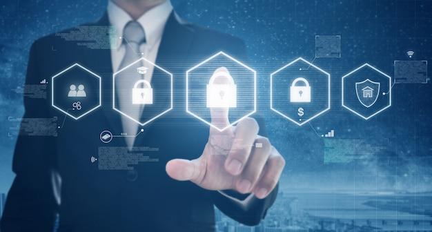 El empresario activa la red digital y el sistema de seguridad de datos en línea Foto Premium