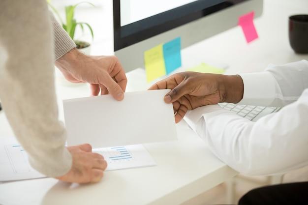 Empresario africano recibiendo sobres con soborno o bonificación de dinero, primer plano Foto gratis