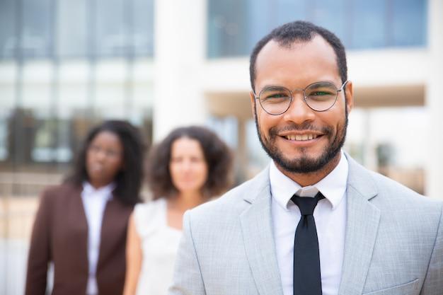 Empresario afroamericano alegre Foto gratis
