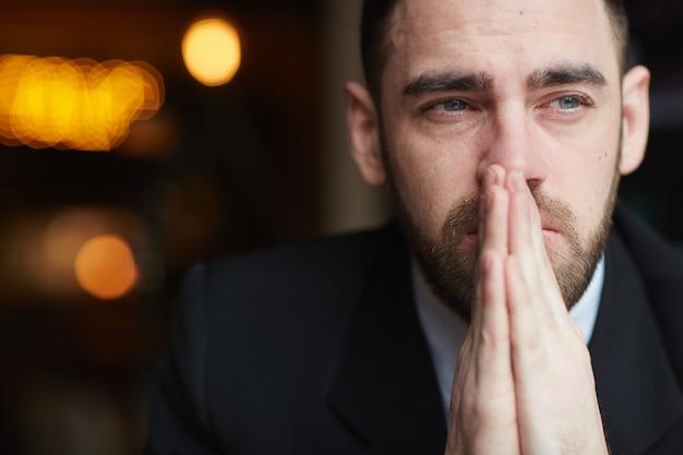 Empresario barbudo preocupado Foto gratis