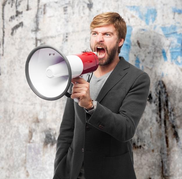 Empresario cabreado haciendo un anuncio con el megáfono Foto gratis