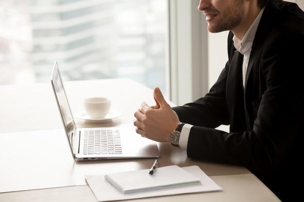 El empresario se comunica con los socios en la oficina. Foto gratis