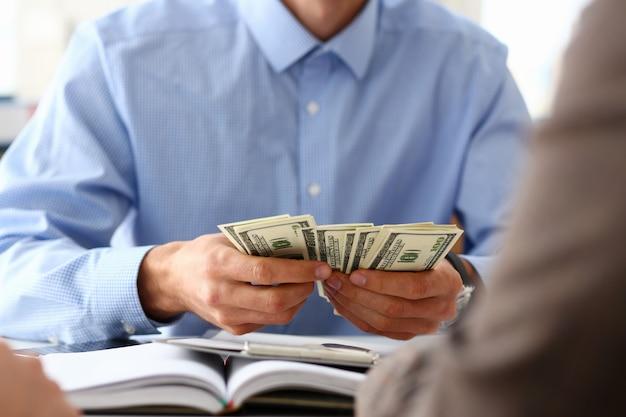 Empresario contando dólares en la oficina Foto Premium