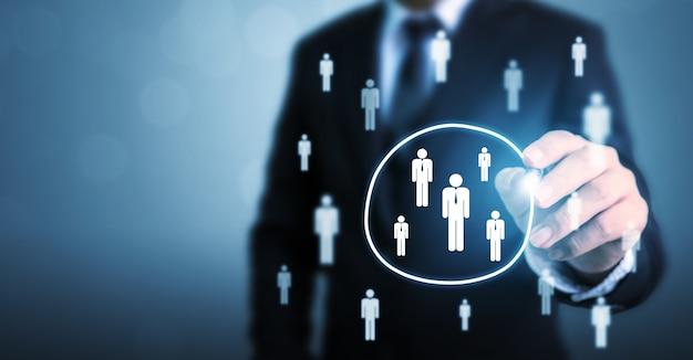 Empresario dibujo círculo seleccione grupo personas de pie fuera de multitud Foto Premium