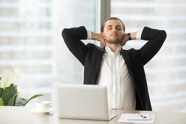 Empresario disfruta de descanso después de un buen trabajo Foto gratis