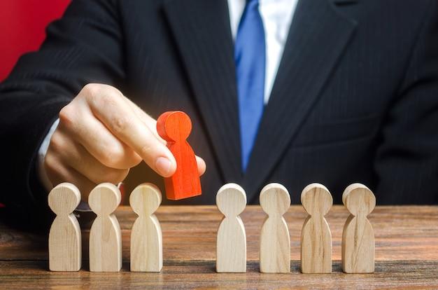 El empresario elige a una persona del equipo. el mejor empleado, líder. liderazgo y promoción. Foto Premium