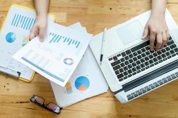 Empresario equilibrado financiero extranjero contabilidad Foto gratis