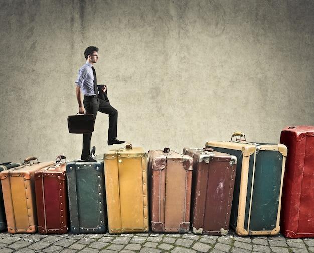 Empresario de escalada en equipajes Foto Premium