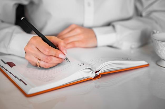 Empresario escribiendo en el cuaderno Foto gratis