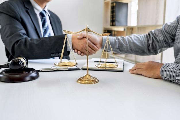 Empresario estrecharme la mano con un abogado profesional después de discutir un buen trato Foto Premium