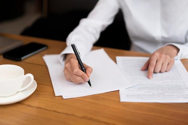 Empresario firma un contrato en la oficina Foto gratis