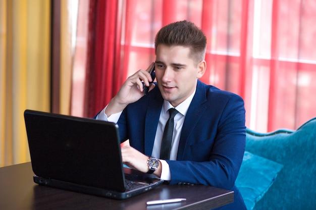 Empresario hablando por teléfono Foto Premium