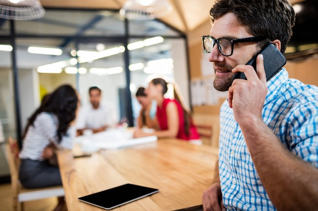 Empresario informal haciendo una llamada telefónica Foto Premium