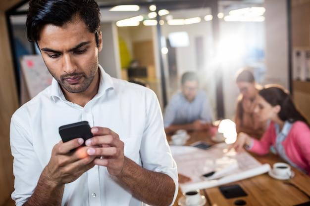Empresario informal usando un teléfono Foto Premium